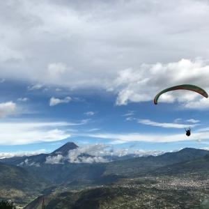 Billede af en af Ecuadors mange adventure-aktiviteter - Paragliding i Baños