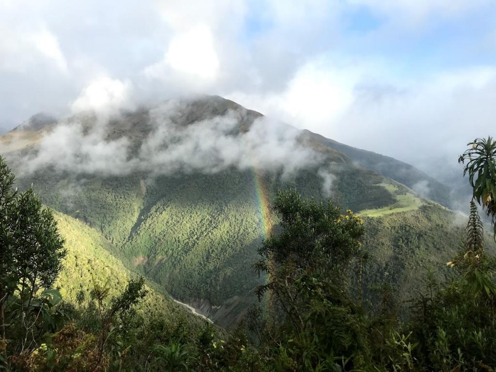 Billede af regnbue i det grønne landskab på vej mod El Altar